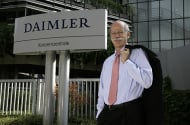 Daimler-Chef Dr. Dieter Zetsche vor Daimler-Logo