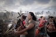 «Taifun-Überlebende»: Überlebende des Taifuns Haiyan bei einer religiösen Prozession (Philippe Lopez (Frankreich)/Agence France Presse)