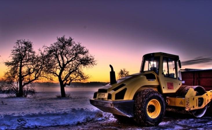 Baufahrzeug in der Abenddämmerung