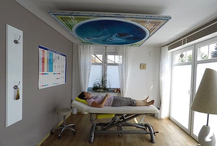 Deckengemälde auf Leinwand für eine osteopatische Praxis