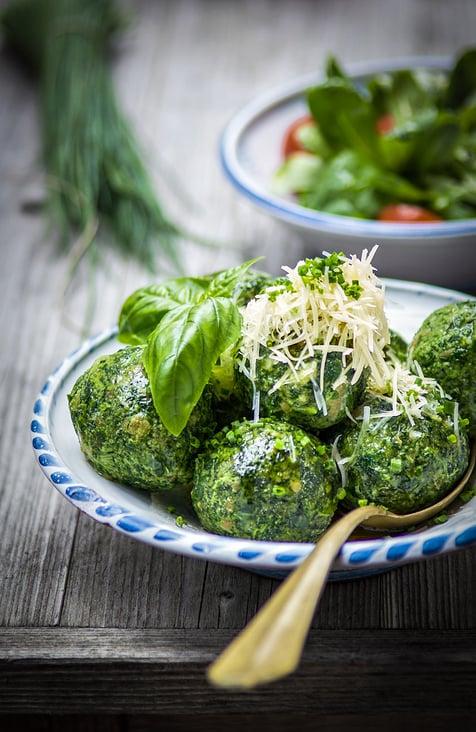 Spinatknoedel mit Feldsalat