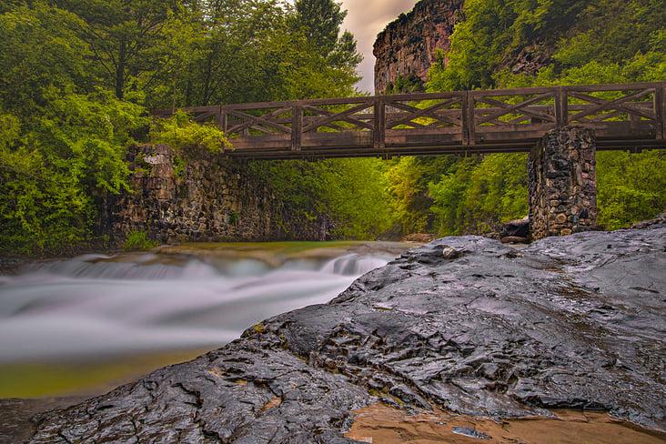 Brücke über dem Fluss