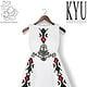 Art Printed Fashion; weißes, knielanges Baumwollkrepp Kleid, handbedruckt mit Folklore Motiven aus Mitteldeutschland und Balkan